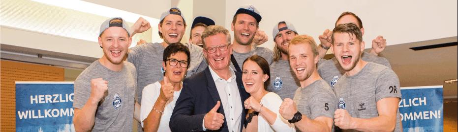 Als Team gewinnen: Spieler des VfL Lübeck-Schwartau gemeinsam mit Familie Kleinfeldt: Sponsoren, Unterstützer und Fans stehen als 8. Mann hinter der Mannschaft.